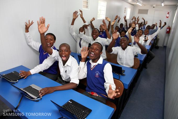 '태양광 인터넷 스쿨'의 아프리카 학생들이 환호하는 모습