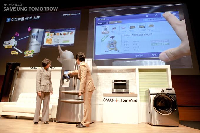 스마트 냉장고로 원격 쇼핑 시연 중인 정성미 삼성전자 상무