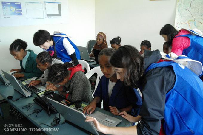 컴퓨터를 배우는 에티오피아 아이들