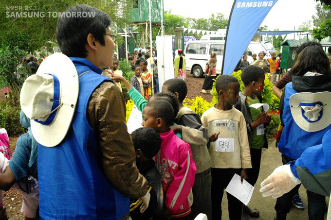 줄서있는 에티오피아 아이들