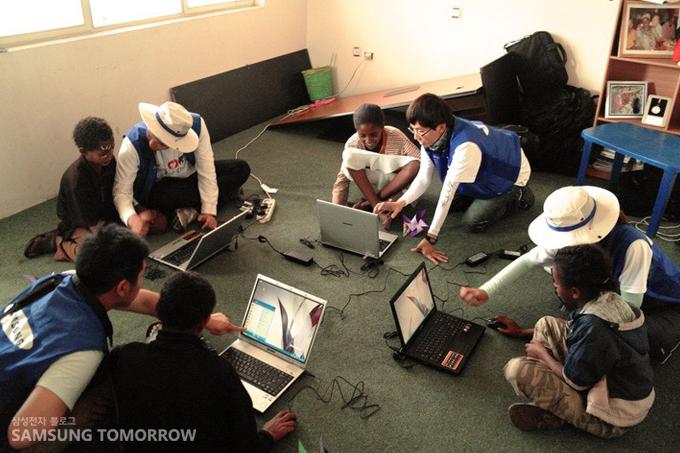 컴퓨터를 가르치는 자원봉사자