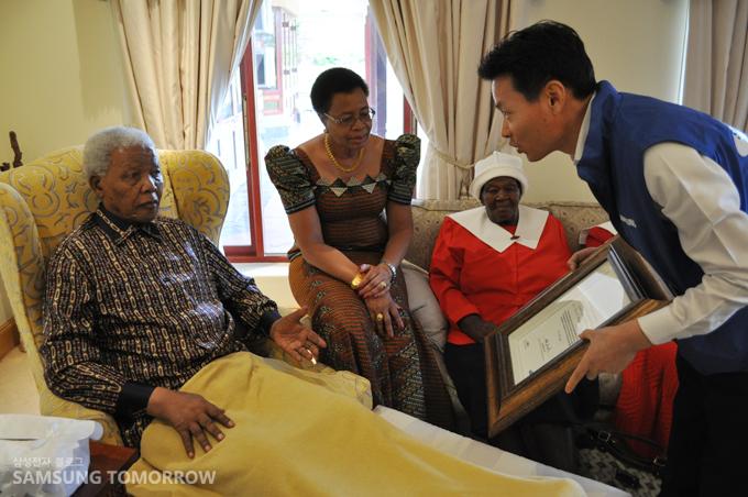넬슨 만델라 전대통령, 부인 그라샤 마셸 여사, 삼성전자 아프리카 총괄 박광기 전무의 모습