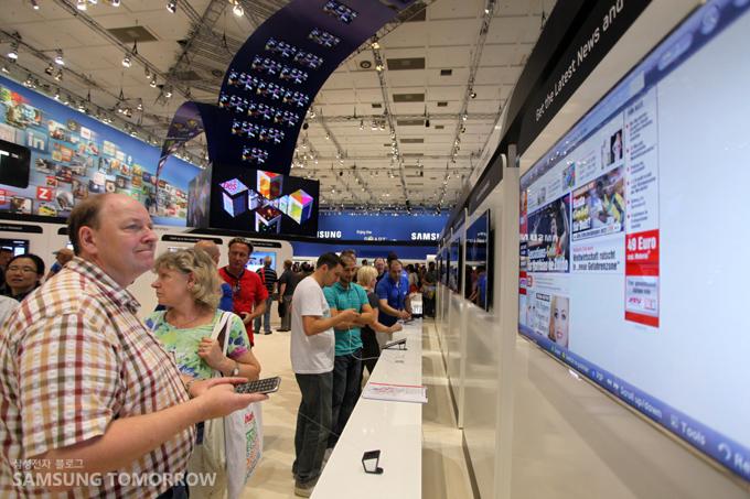IFA 2011 삼성전자 전시장에서 '유튜브 온 TV' 어플리케이션을 체험하고 있는 모습
