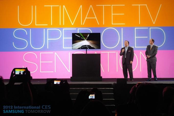 55인치 OLED TV를 소개하고 있다