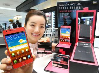 모델이 갤럭시S2 핑크 바비브라운 에디션을 선보이고 있다