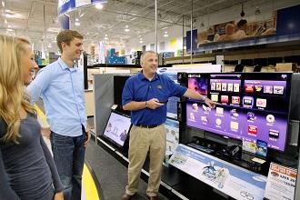 미국인들이 베스트바이에서 삼성 TV를 살펴보고 있다