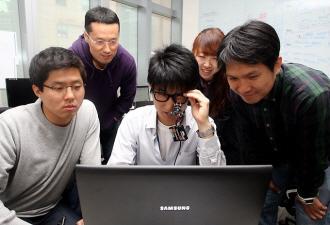 창의개발연구소 임직원들이 삼성전자 장애인용 안구 마우스를 시험해보고 있다