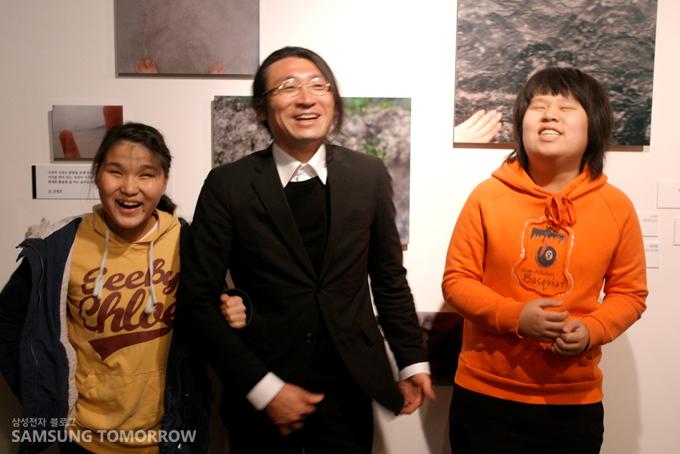 신나라 양(좌), 강영호 작가(중), 공윤선 양(우)