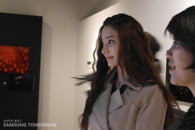 전시회장을 방문한 배우 한채영