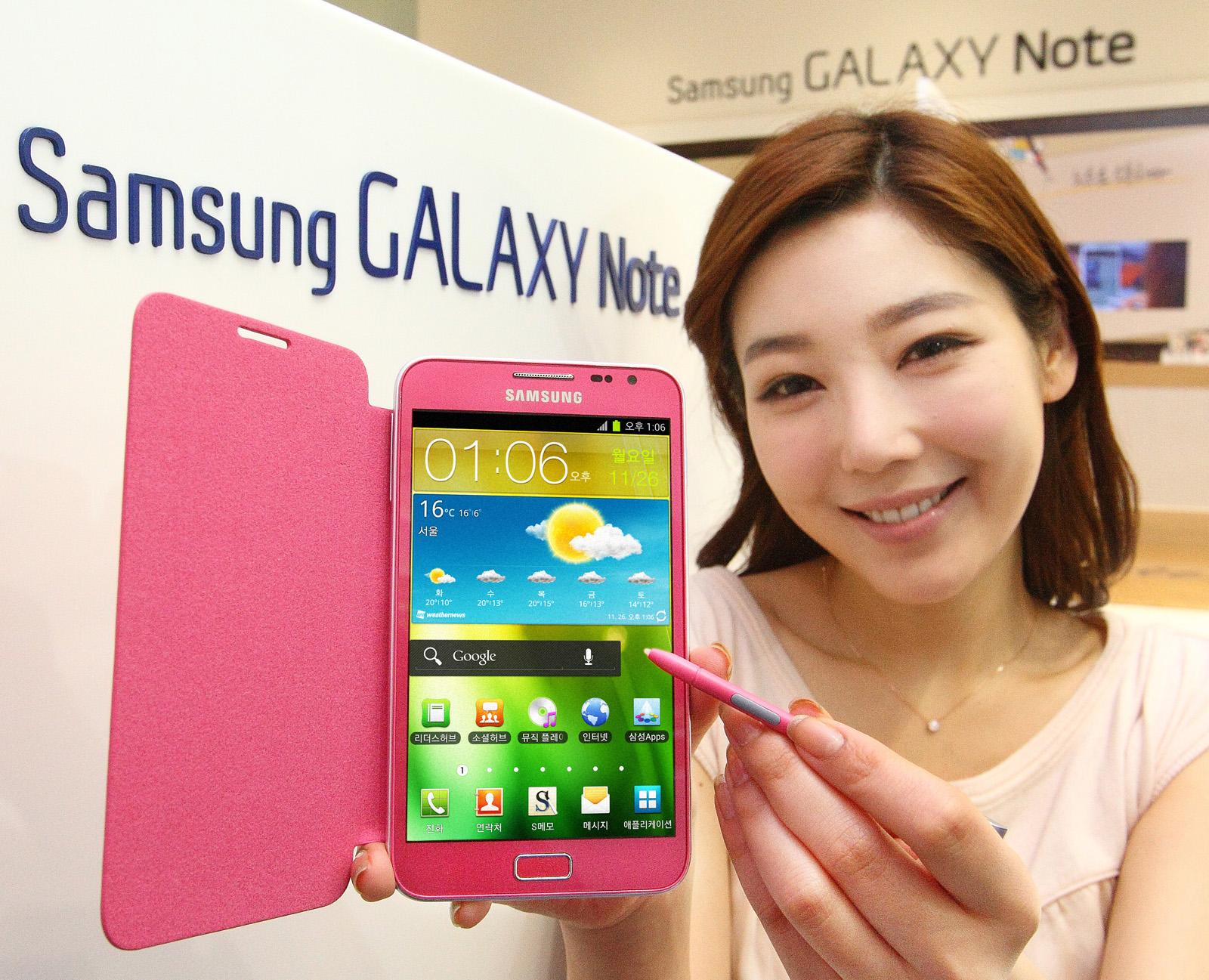 모델이 갤럭시 노트 핑크를 선보이고 있다