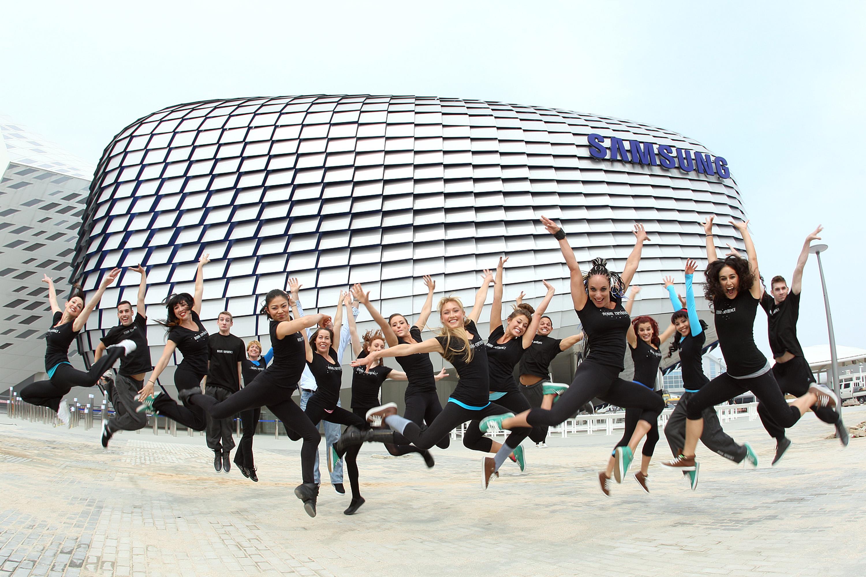 삼성관 앞에서 무용단원들이 즐거운 표정으로 점프를 하고 있다