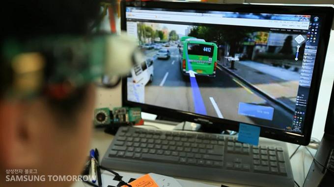 eyeCan을 활용해 서울거리를 확인하는 모습