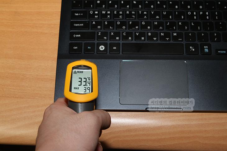키보드 좌측 모서리 온도를 측정하고 있다., 33.4도