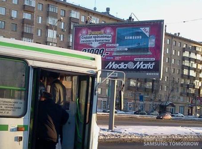 바뀐 광고판에서 나오는 삼성전자 광고