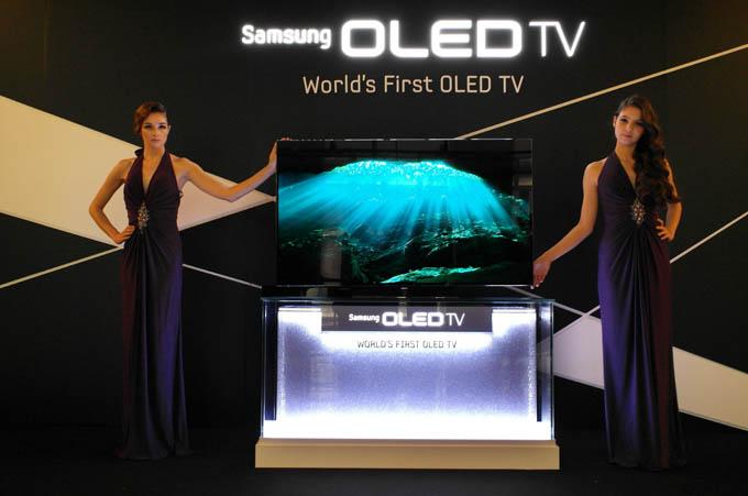 모델들이 삼성 OLED TV를 선보이고 있다