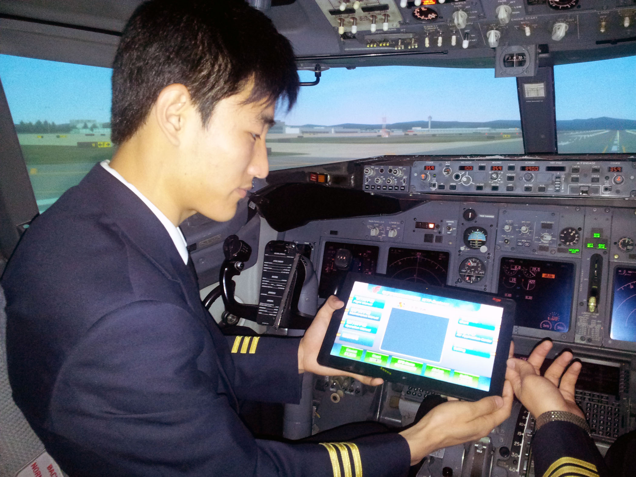 에어차이나 승무원이 슬레이트PC를 사용하고 있다