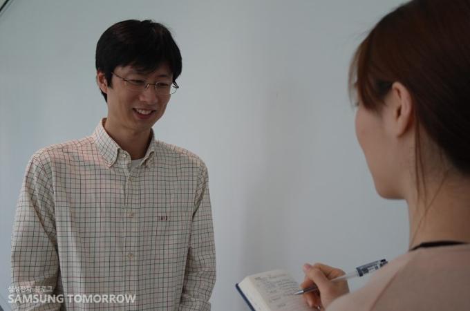 김동식 카페장과 인터뷰중인 스토리텔러