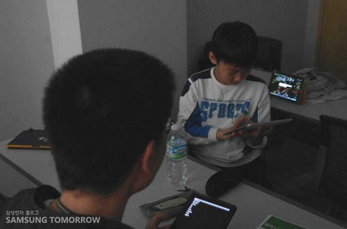 갤럭시탭을 사용하고 있는 아이들의 모습