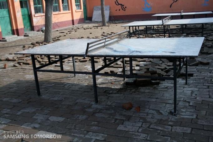 공터에 낡은 탁구대가 놓여있는 모습