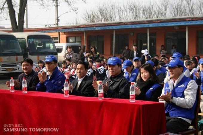 학생들과 선생님들, 삼성 임직원들이 한자리에 모여 앉아 있다