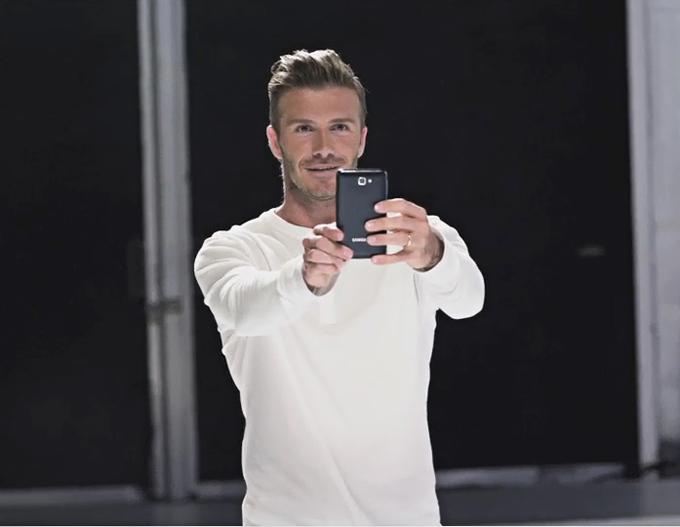 갤럭시 노트의 모델 데이비드 베컴이 갤럭시 노트로 사진을 찍고 있다