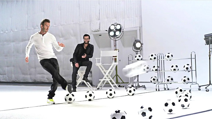 갤럭시 노트의 모델 데이비드 베컴이 공을 차고 있다