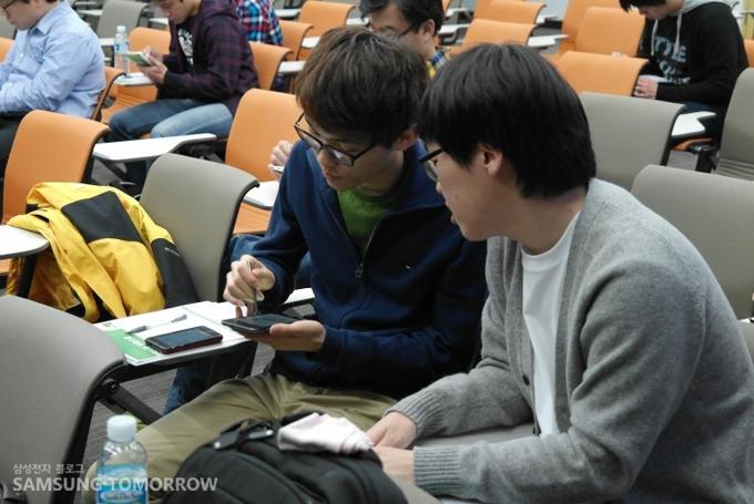 갤럭시제품을 꺼내서 사용하고 있는 학생들