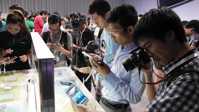 행사참석자들이 제품을 살펴보는 모습