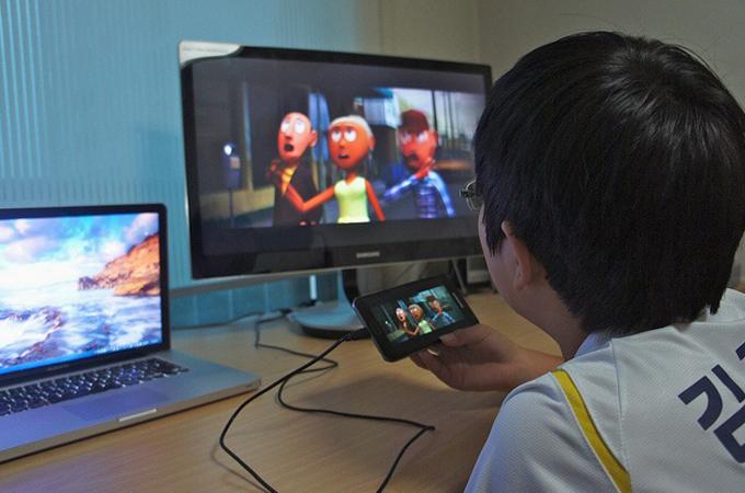 스마트폰안의 애니메이션을 모니터로 연결해서 보고 있는 블로거의 아들