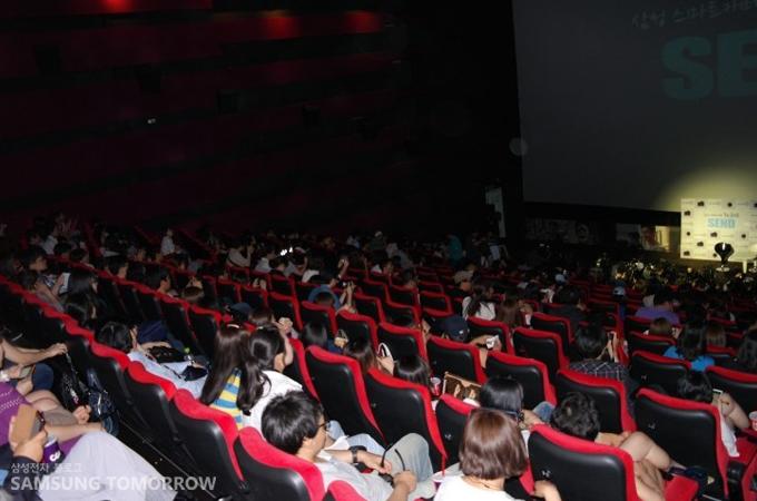CGV 아이맥스 관 자리를 가득 메운 사람들의 모습