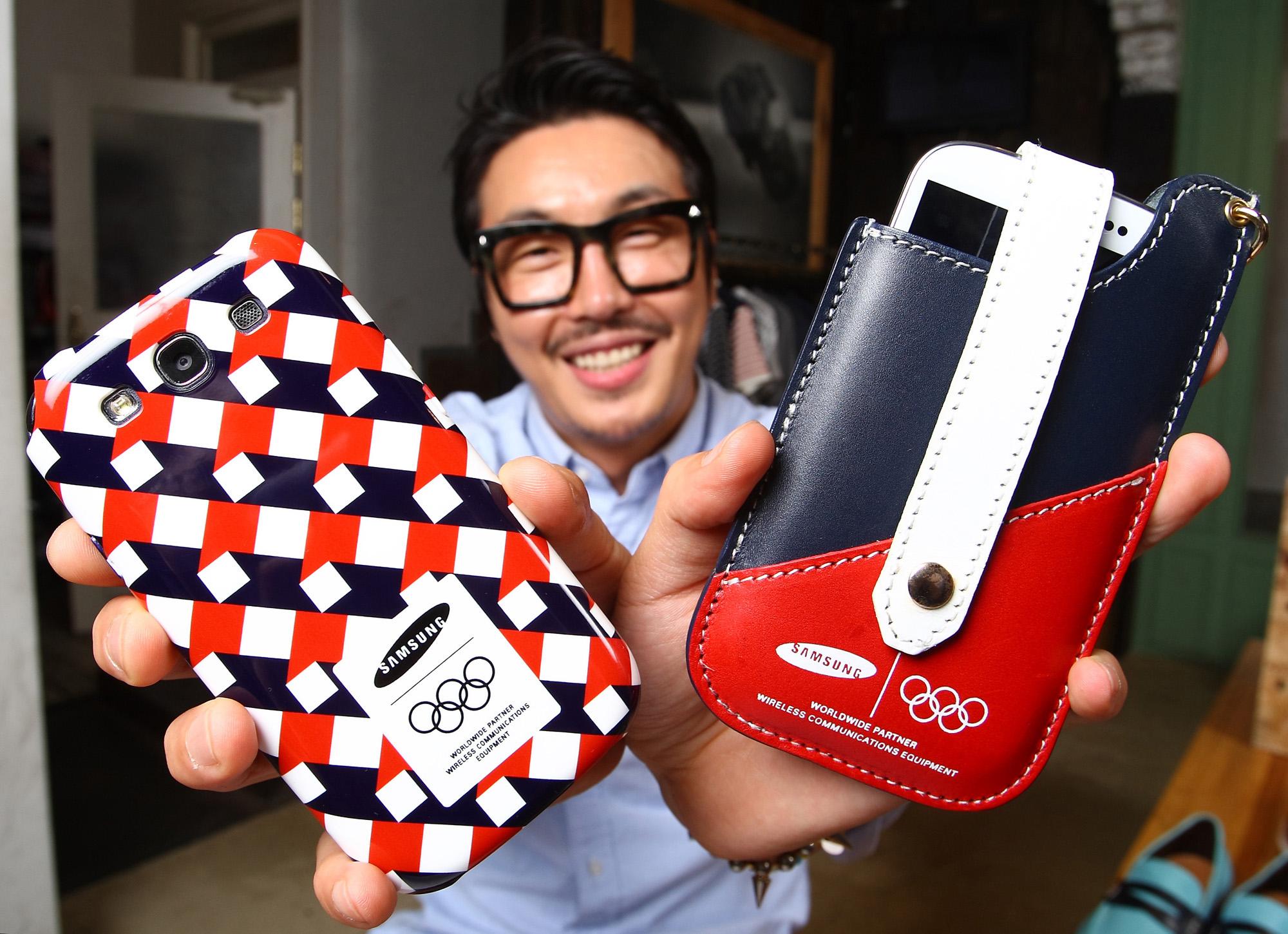 유명 패션 디자이너 최범석이 디자인한 휴대폰 케이스와 파우치가 포함된 '갤럭시SⅢ 올림픽 스페셜 액세서리를 들고 있다.