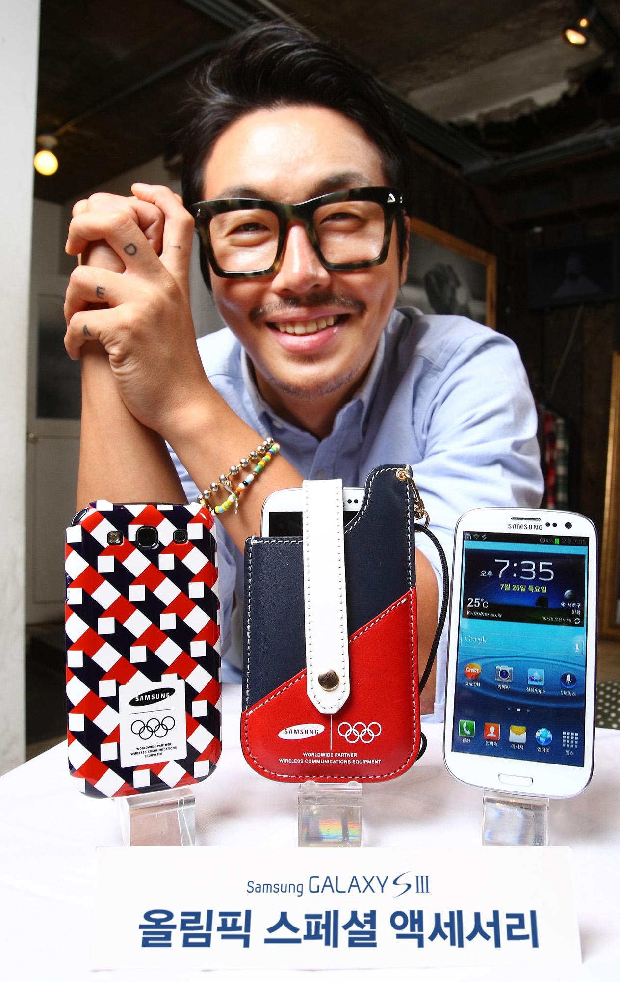 유명 패션 디자이너 최범석과 그가 디자인한 휴대폰 케이스와 파우치가 포함된 '갤럭시SⅢ 올림픽 스페셜 액세서리