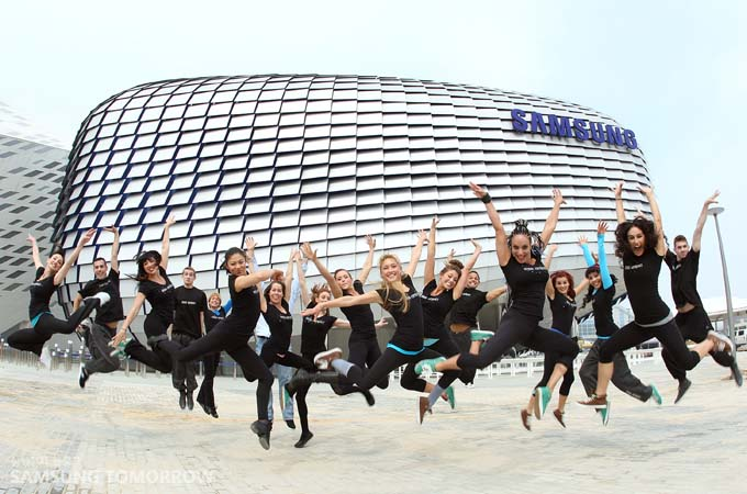 삼성관 앞에서 공연단원들이 점프를 하고 있다