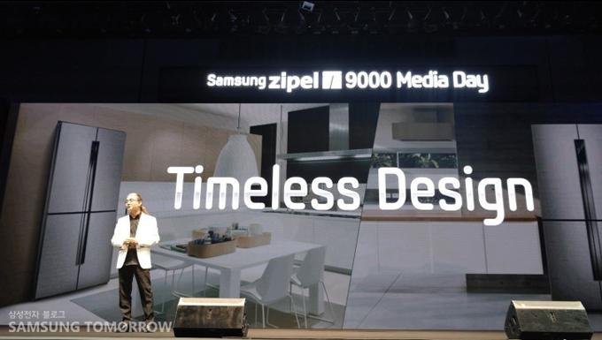 Timeless Design, 관계자가 삼성 지펠T9000에 대해 설명하고 있다