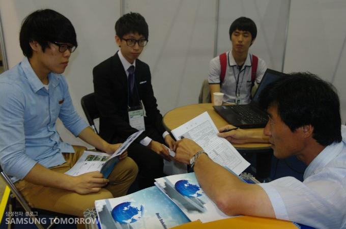 면접을 보고 있는 학생들과 면접관