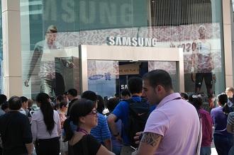 영국의 삼성매장 앞을 지나가는 많은 사람들