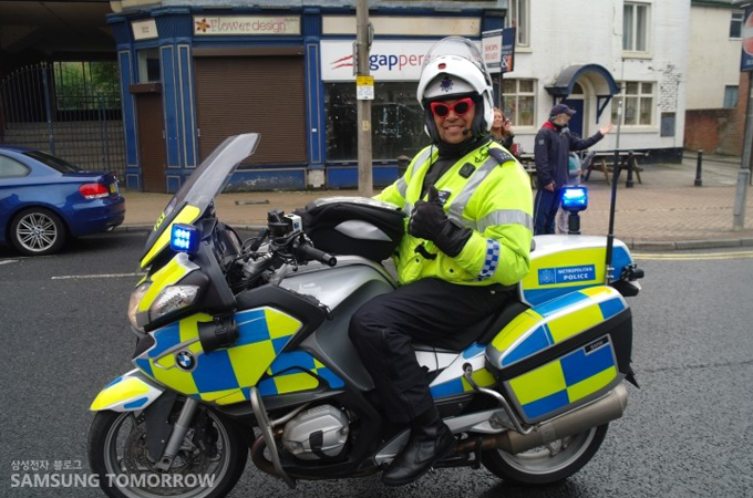 바이크를 타고 포즈를 취하고 있는 경찰
