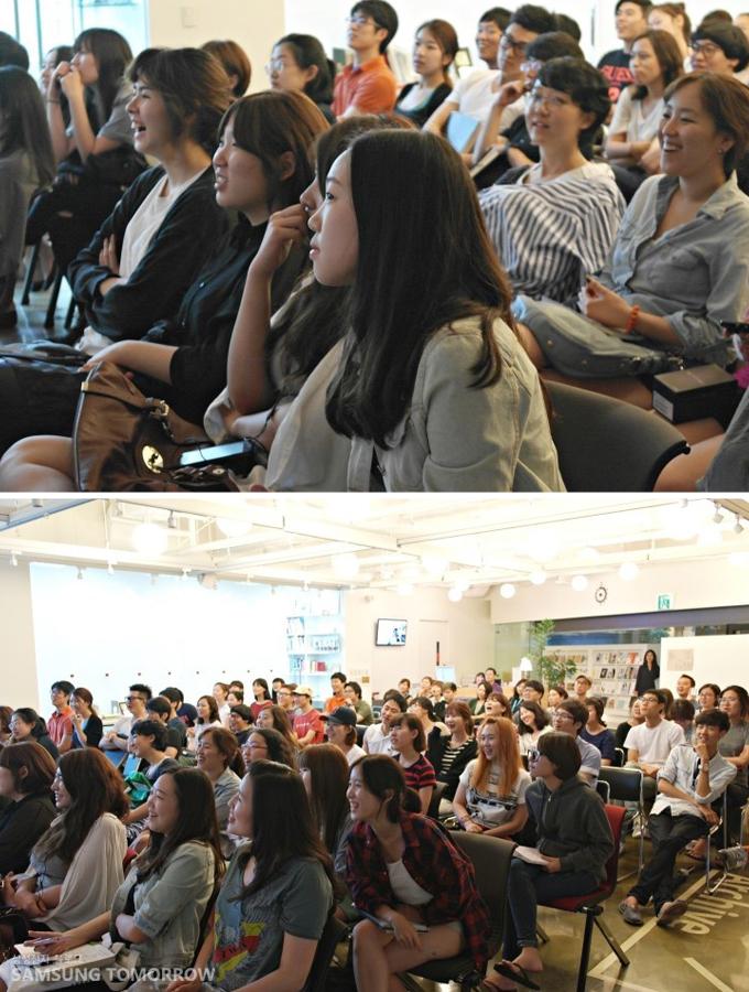 즐거운 표정으로 강연을 듣고 있는 학생들
