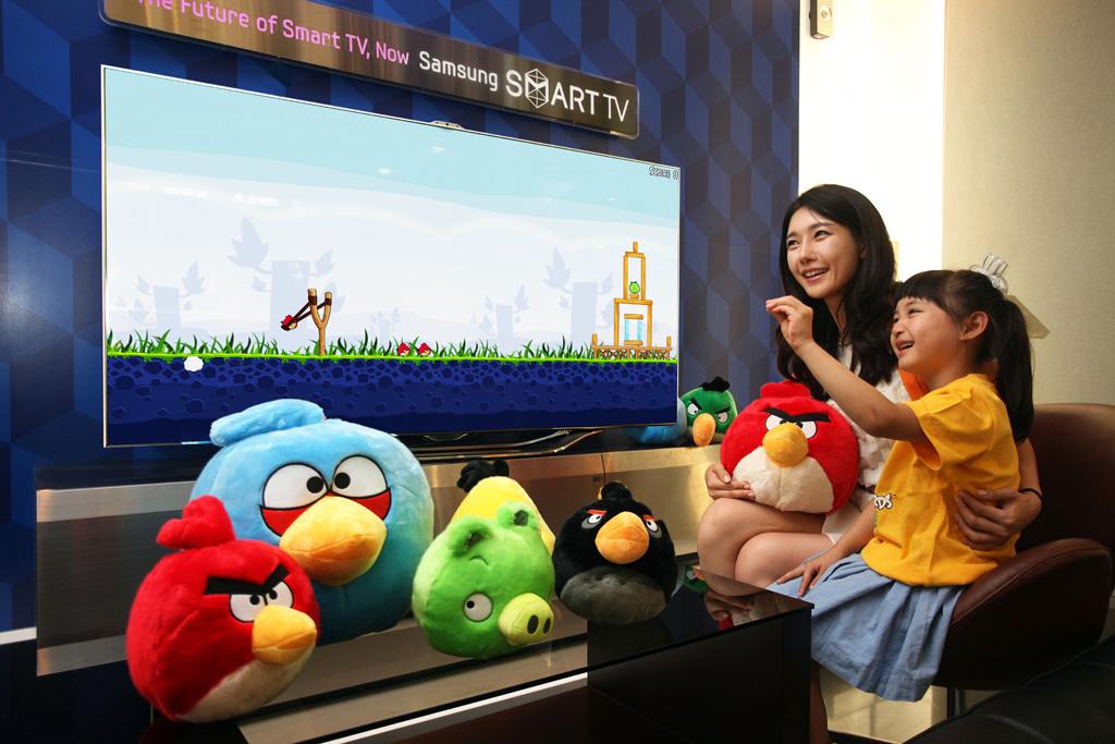 동작인식 기능으로 앵그리버드 게임을 하고 있는 아이의 모습
