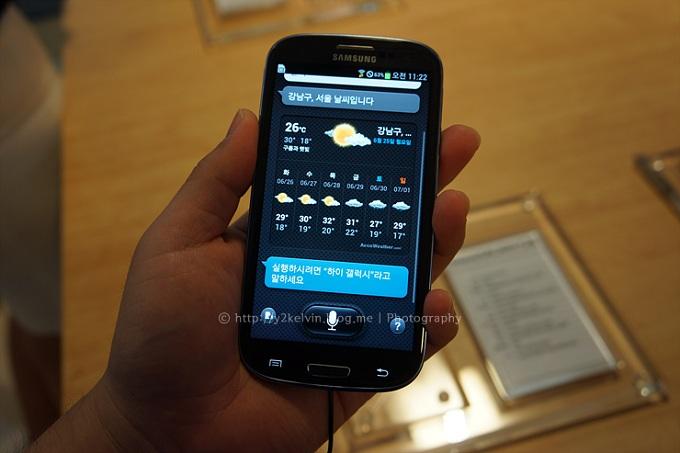 S 보이스 기능으로 날씨를 확인하는 모습