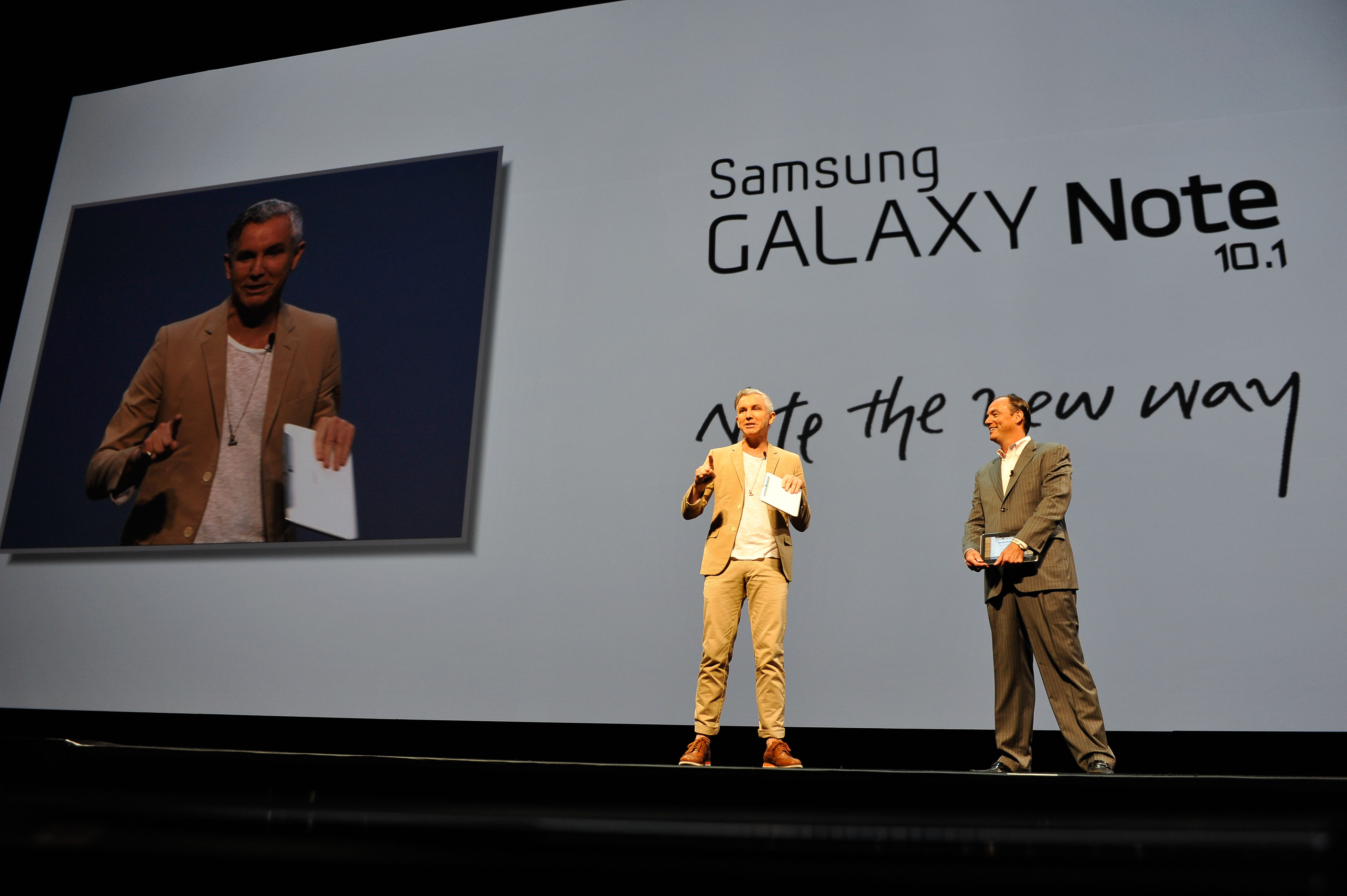 갤럭시 노트10.1론칭행사에서 영화감독 바즈루만(왼쪽)과 삼성전자 미국법인(SEA) 부문장 팀 백스터가 갤럭시노트 10.1를 선보이고 있다