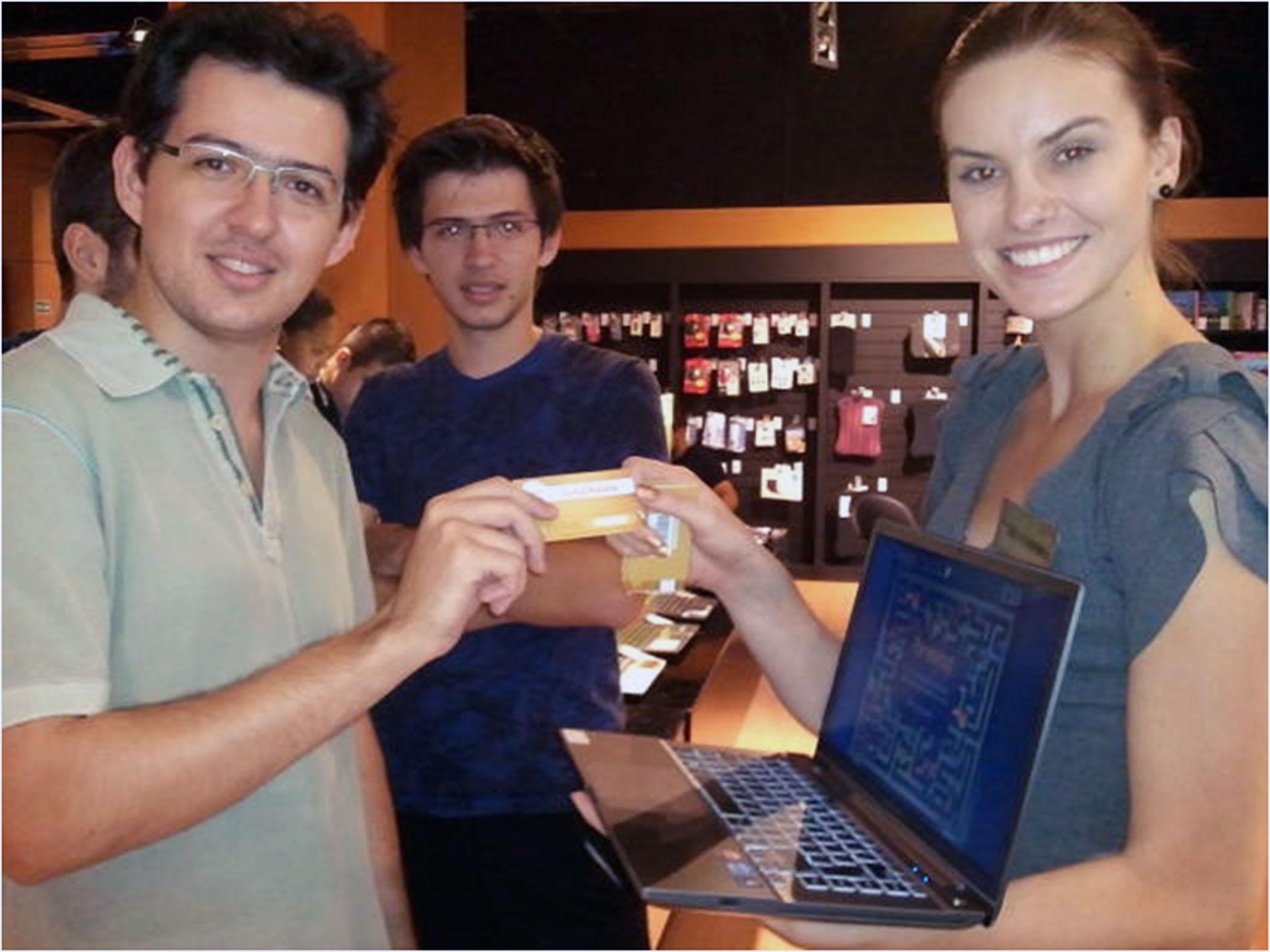 노트북을 들고 있는 여성과 남성