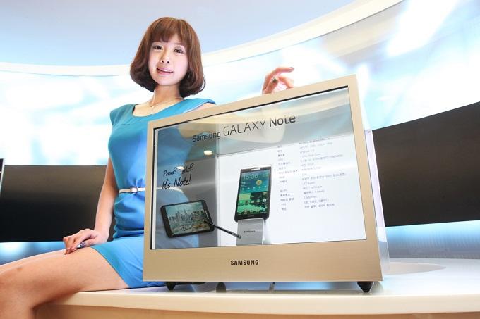 모델이 삼성전자 투명디스플레이를 선보이고 있다