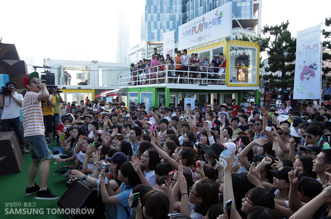 공연하는 가수와 열광하는 사람들