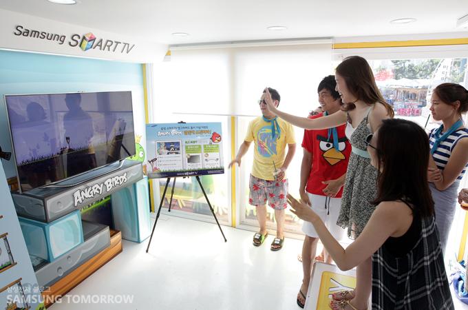 삼성 스마트TV 동작인식 기능을 체험해보는 사람들