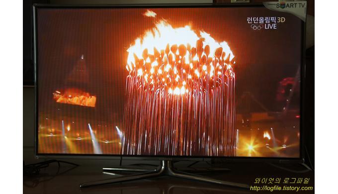 성화대에서 불이 타오르고 있다.