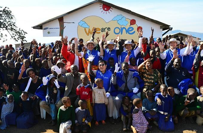 탄자니아 봉사단과 주민들