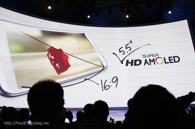삼성 갤럭시 노트2의 5.5인치 화면과 16:9 비율의 HD SUPER AMOLED 를 설명하고 있다