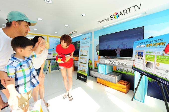 삼성 스마트TV 동작인식 기능을 체험해보는 가족