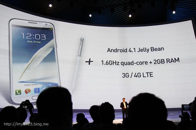 갤럭시 노트2에 안드로이드 4.1 젤리빈이 탑재되었고 CPU는 1.6 GHz 쿼드코어 CPU를 탑재, 3G/4G LTE를 지원함을 설명하고 있다
